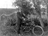 Kila-Jonas framför sin motorcykel 1912